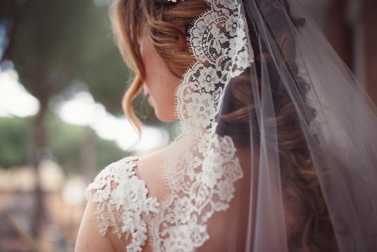 26-velo-abito-sposa-finestra.jpg