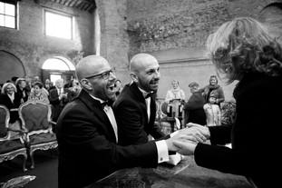38-matrimonio-gay-gioia-stretta-mano.jpg