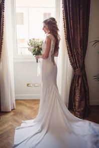 040-sposa-bouquet-abito-finestra-schiena