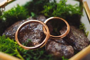 010-anelli-fedi-pietra-metallo-oro.jpg
