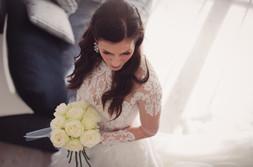 23-sposa-bouquet-orecchino-vestito.jpg