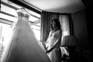 15-mani-sposa-vestito-bianco-finestra.jp