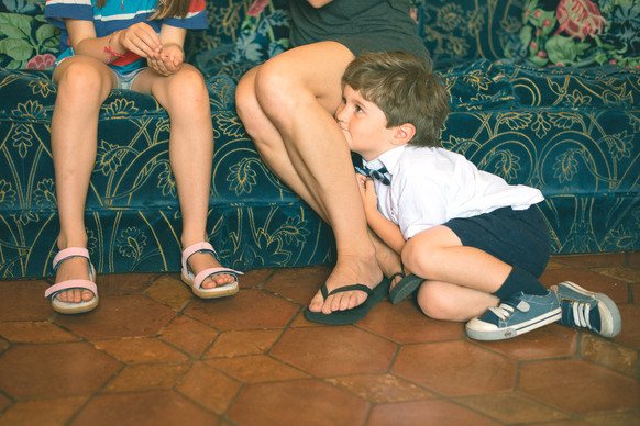 0013 - 131-bambino-gambe-divano-verde.jp