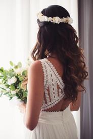 034-schiena-sposa-finestra-bouquet-merle