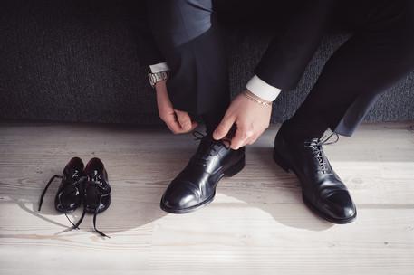 10-lacci-scarpe-sposo-divano-paggetto.jp