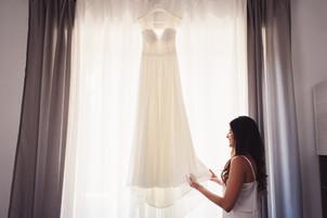 012-abito-sposa-finestra-toccare-bianco.