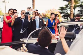 48-saluti-sposi-macchina-amici.jpg