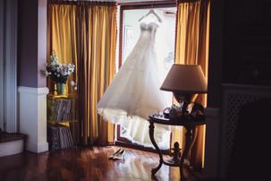 02-abito-sposa-scarpe-finestra.jpg