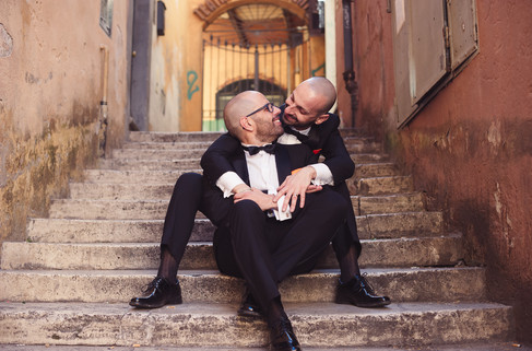 56-matrimonio-gay-scalinata-uomini-sedut