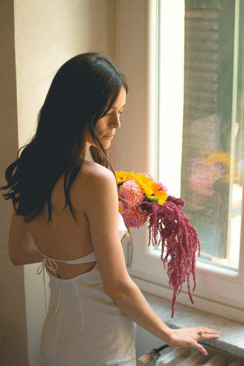 0038 - 156-sposa-fiori-finestra-emoziona