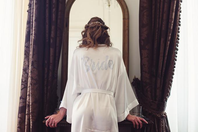036-sposa-vestaglia-bride-specchio-mani.