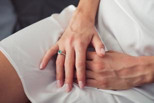 008-mani-incrociate-anello-smeraldo-seta