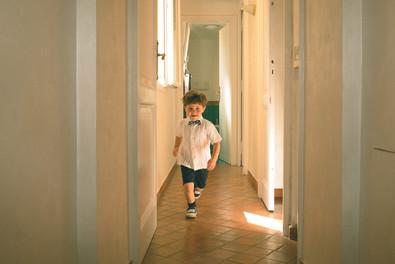 0012 - 130-bambino-correre-corridoio-luc