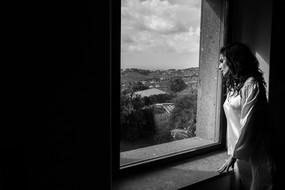 002-sposa-finestra-campagna-vestaglia-ru