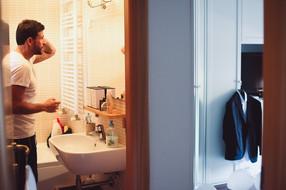 07-sposo-preparazione-bagno-specchio.jpg