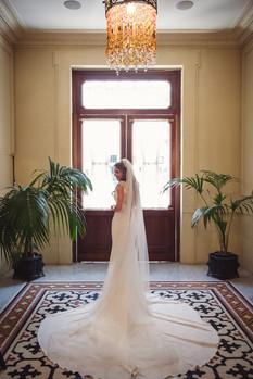 046-sposa-atrio-porta-vestito-spalle.jpg