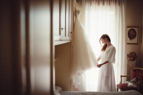 01-sposa-finestra-abito-vestaglia.jpg