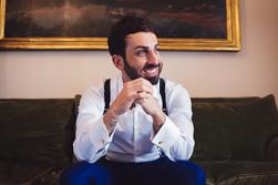 019-sposo-sorridente-salotto-bretelle-qu