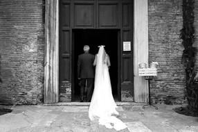 028-ingresso-chiesa-sposa-b&w-papà.jpg