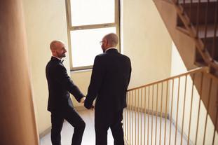 16-matrimonio-gay-uscita-sposo-casa.jpg