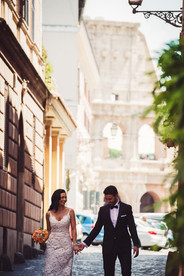12-sposi-reportage-colosseo-bouquet.jpg