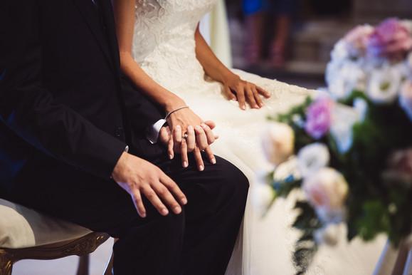 45-mano-nella-mano-altare-sposi.jpg