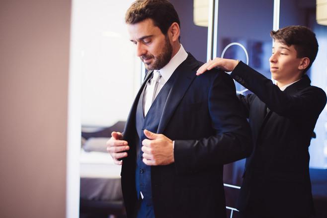 07-filglio-preparazione-sposo-giacca.jpg