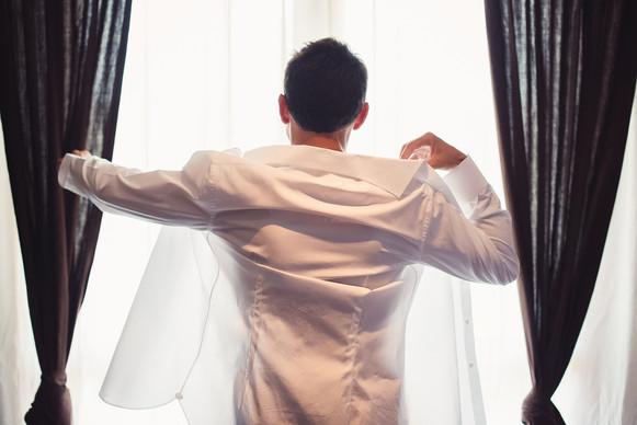 09-sposo-camicia-finestra.jpg
