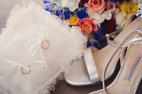 07-anelli-nuziali-scarpe-bouquet.jpg