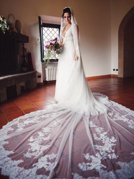 046-abito-strascico-sposa-bouquet.jpg