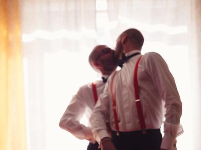 12-bacio-uomini-straccali-arancioni.jpg