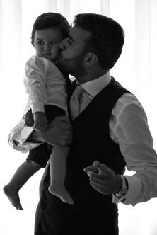 049-figlio-sposo-abbraccio-bacio.jpg