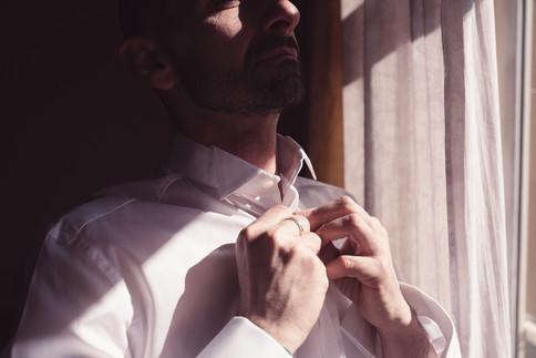 03-matrimonio-gay-sposo-camicetta-casa.j