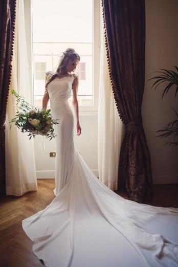043-sposa-posa-finestra-abito-bouquet.jp