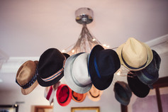 008-collezione-cappelli-lampadario-strav