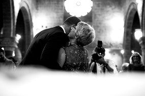 sposo-saluto-mamma-chiesa.jpg
