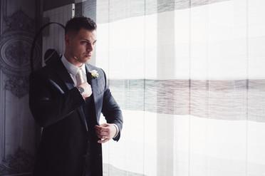 11-cravatta-sposo-finestra-bianco.jpg