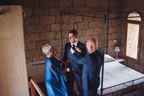 preparativi-sposo-genitori-abito.jpg