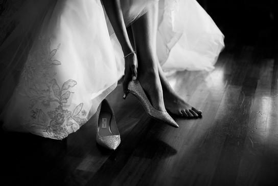 27-scarpe-sobrie-sposa-piedi-scalzi.jpg
