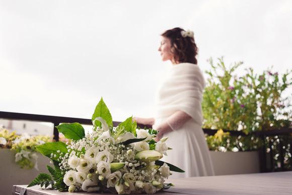 33-ritratto-sposa-terrazzo-bouquet-abito
