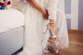 16-sposa-scarpe-piede-bouquet.jpg