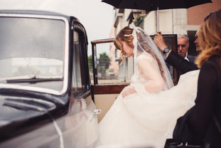 28-ingresso-sposa-auto-pioggia.jpg