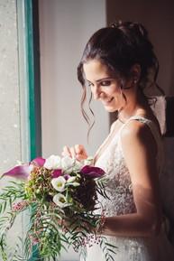 045-sposa-bouquet-fiori-finestra-abito.j