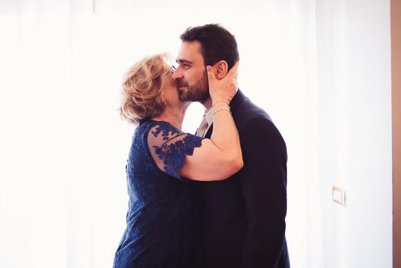 13-mamma-sposo-bacio-preparazione.jpg