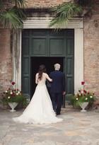 33-ingresso-papa-sposa-portone-vestito.j