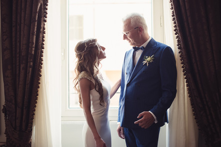 039-papà-sposa-emozione-finestra-tende.