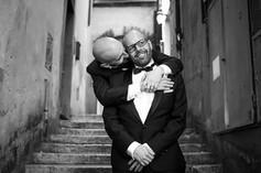 54-matrimonio-gay-scalinata-abbraccio-ba