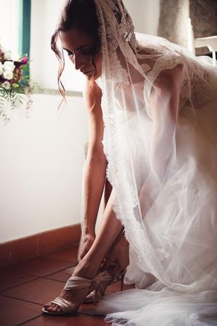 050-allacciare-scarpe-sposa-pronta-velo.