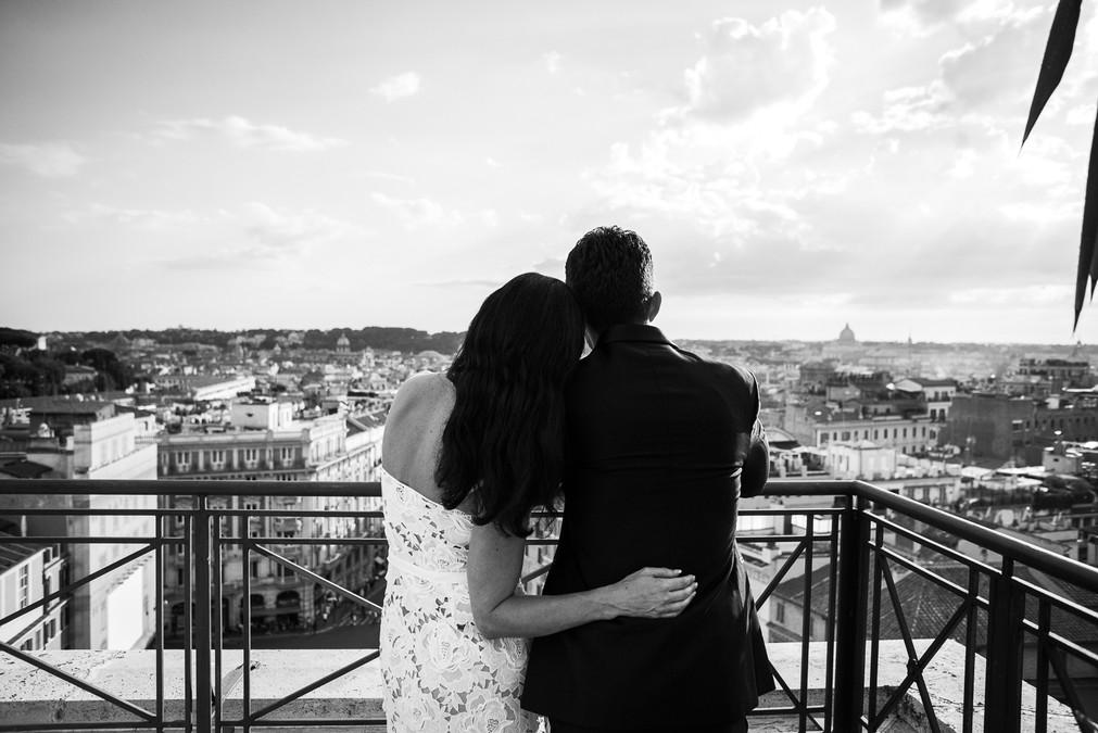 46-sposi-terrazza-abbraccio.jpg