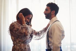 014-amica-sposo-aiuto-camicia-bretelle.j